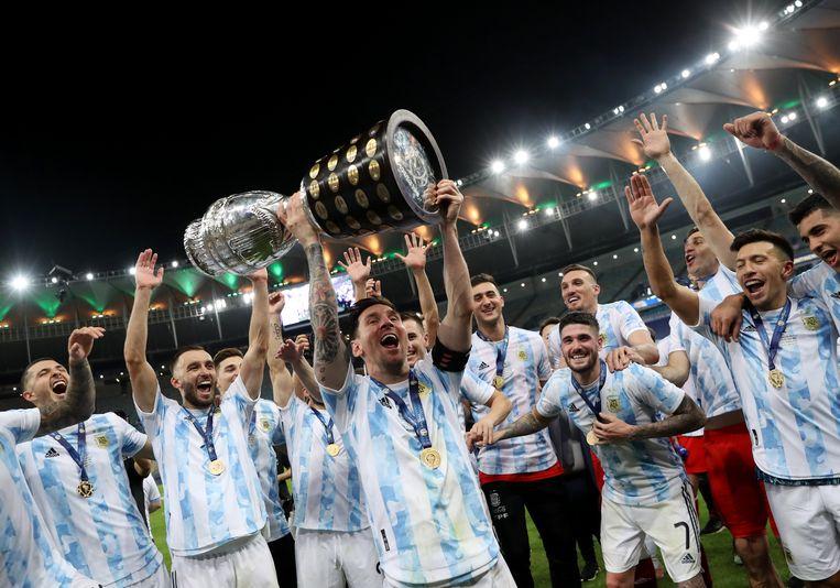 Lionel Messi viert de overwinning met zijn teamgenoten. Beeld REUTERS