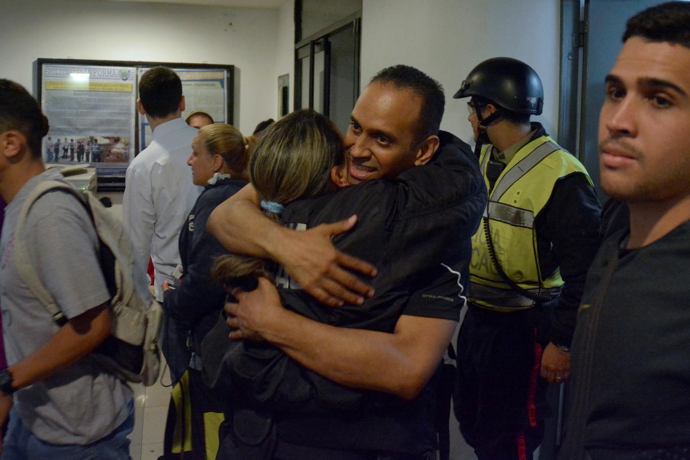 Eduardo Salazar wordt door een collega begroet na zijn vrijlating uit de gevangenis.
