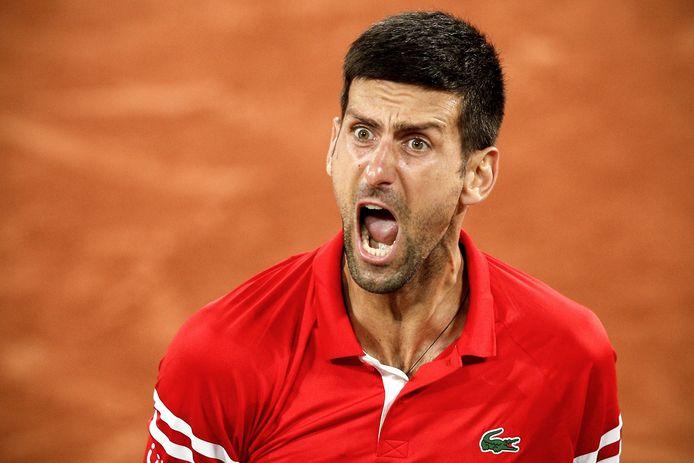 Novak Djokovic schreeuwt het uit na het beslissende punt.