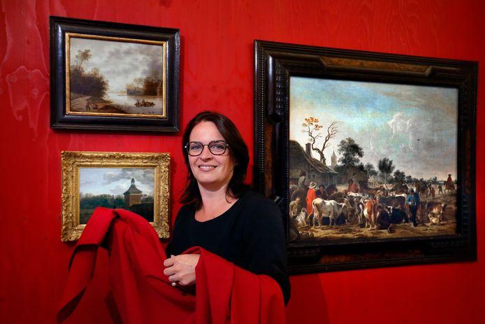 """Conservator Lisette Colijn bij de onthulde schilderijen:  ,,We zijn ontzettend trots en blij met deze toevoeging!"""""""