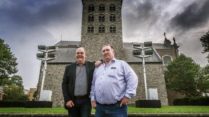 Harelbeke Schepen Dominique Windels en voorzitter van het feestcomité Claude Baert bij de projectoren die de projectie op de kerk zullen mogelijk maken.