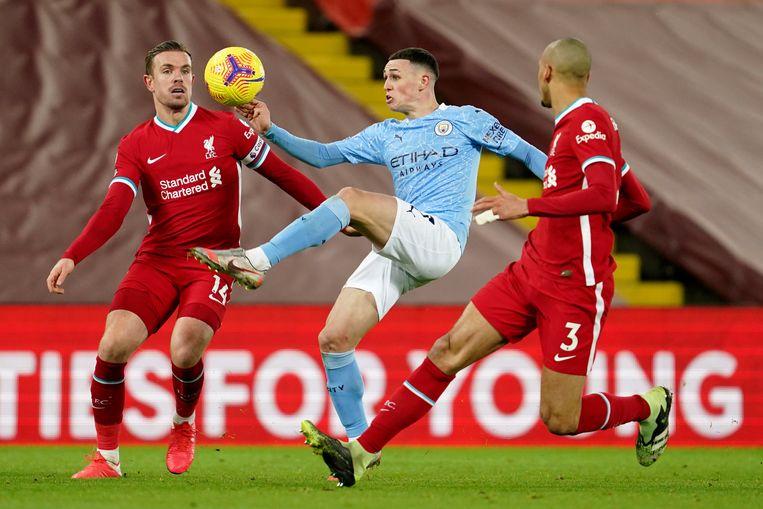 Phil Foden controleert de bal tussen Jordan Henderson en Fabinho. Foden scoorde de vierde goal voor Manchester City. Beeld AP