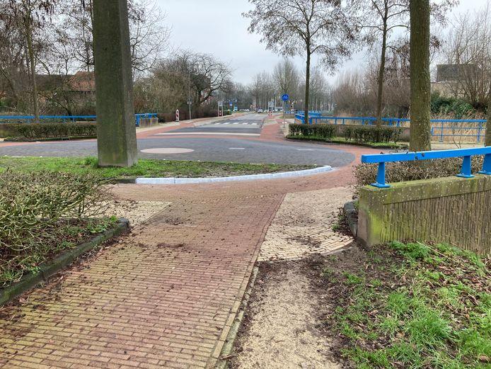 De wit geverfde halve rotonde bij de Rijnsteeg/Rietveldlaan in Wageningen.