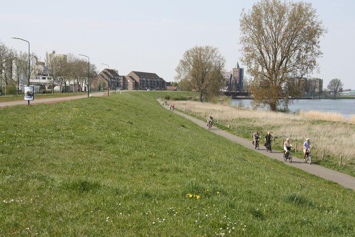 Fietsen langs de Maas bij Cuijk.