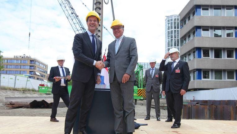 Premier Mark Rutte en EOO-president Benoît Battistelli in Rijswijk in juni 2014 bij het leggen van de eerste steen voor de nieuwbouw voor de EOO. Beeld EPO