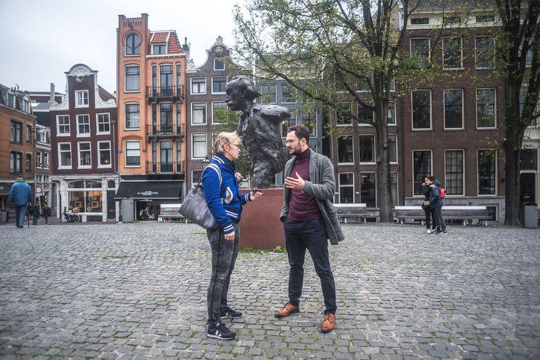 Dave Boomkens bij het standbeeld van Multatuli, in gesprek met journalist Rinske Wels. Beeld Joris van Gennip