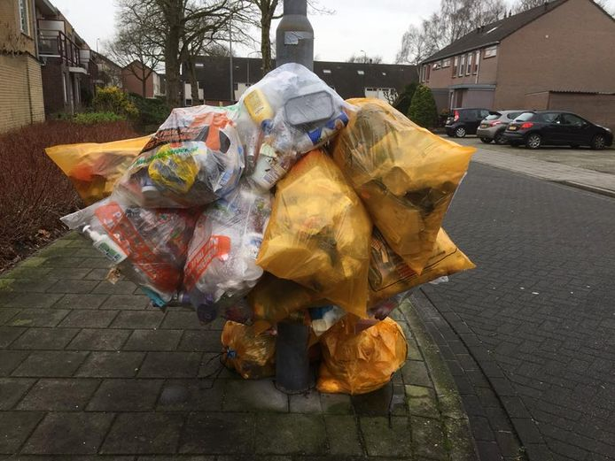 In sommige straten in Uden hangen de afvalzakken de hele week buiten. De gemeente gaat nu boetes uitdelen als de zakken te vroeg buiten worden gehangen.