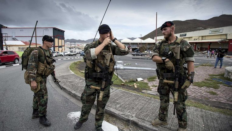 Nederlandse militairen zijn aangekomen op Sint-Maarten om het door orkaan Irma getroffen eiland te helpen. Beeld anp