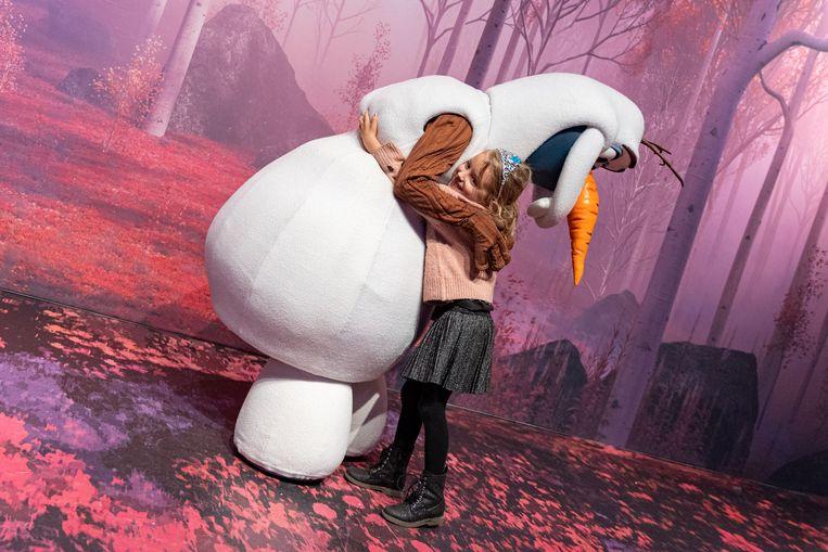 """Lou geeft Olaf een hartverwarmende knuffel. """"Heerlijk om te zien hoe gelukkig mijn dochter hier rondhuppelt"""", aldus mama Anke."""