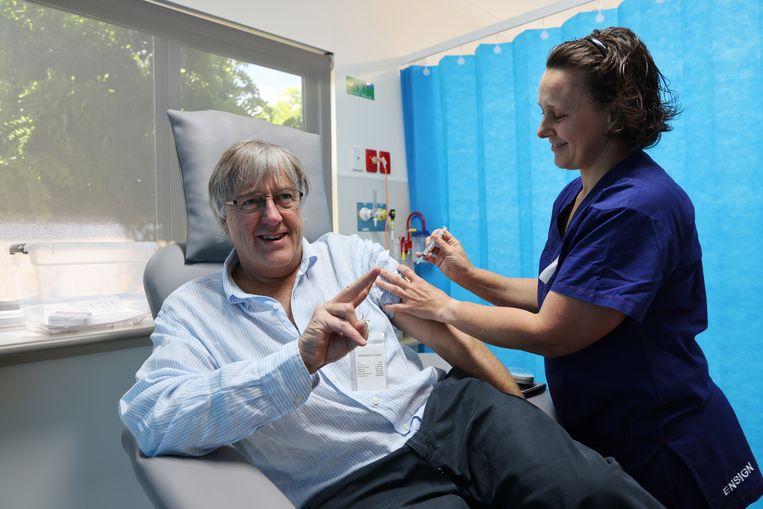 Peter Rischbieth, voorzitter van een Australische artsenvereniging, kreeg vrijdag het AstraZeneca-vaccin toegediend in een ziekenhuis ten oosten van Adelaide.  Beeld EPA