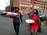 Michiel en Wendy verrassen agenten met kroketten en taart