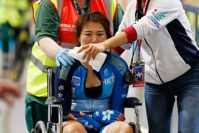 Xiaojuan Diao uit Hong Kong na haar crash met een baancommissaris op de omnium.