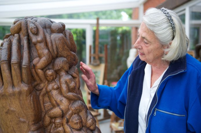 Mariëtte Coppens bij één van haar werken in 2011