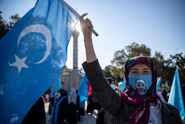 Een Oeigoerse vrouw demonstreert in Istanbul tegen China.  Beeld EPA