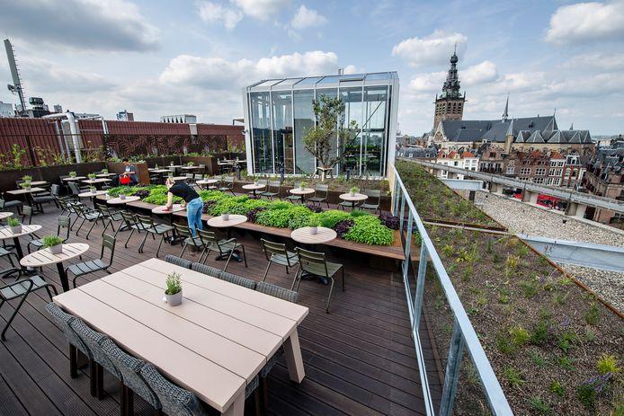 Het dakterras van La Place in Nijmegen, met uitzicht op de Stevenskerk. Archieffoto.