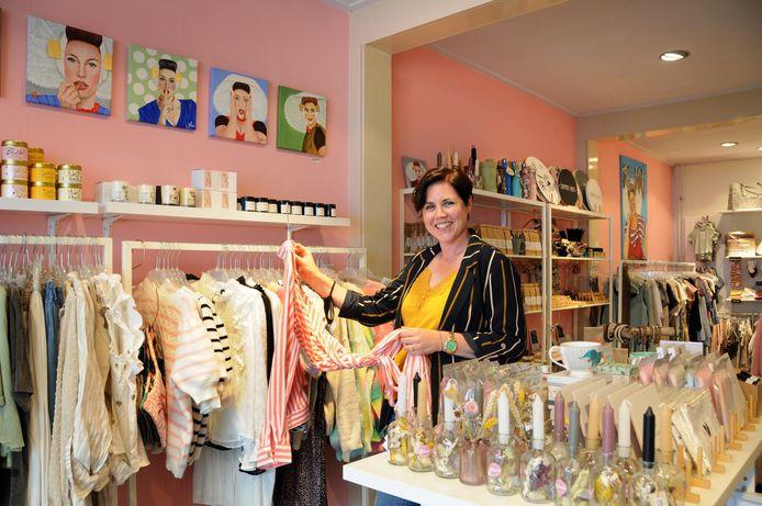 Sascha van der Heide in haar conceptstore aan de Poststraat, met links boven haar wat schilderijtjes van Maryanne van Winden