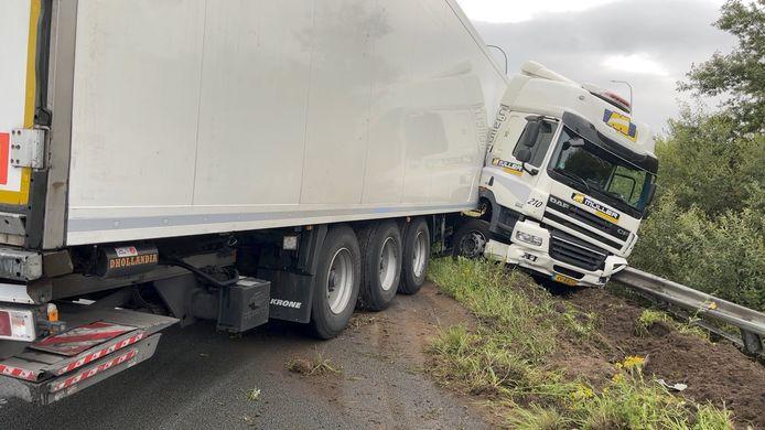 De vrachtwagen kwam in schaar tot stilstand tegen de vangrail.