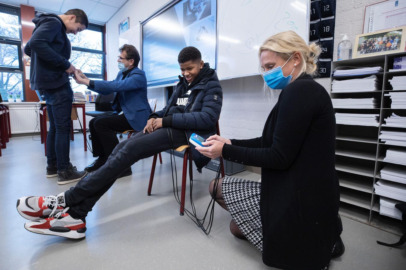 Tijdens een gastles over de menstruatie konden jongens uit mavo 3 van het Eckartcollege ervaren hoe het voelt om ongesteld te zijn. (Leerling Lucas,  gastdocent Peter Vroed, leerling Younes en gastdocent Femke Bootsma vlnr.)