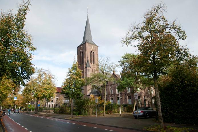 De karakteristieke kerk aan de Zwolseweg, waar de nieuwe middelbare school in komt.