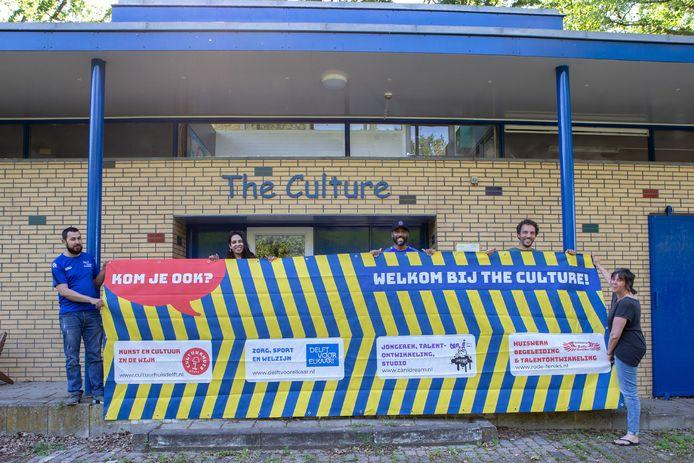 V.l.n.r. Mohammed Abraimi (Delft voor Elkaar), Moen Mangroe (Rode Feniks), Derrick Leeuwin (Canidream), Harmen van der Laan (Rode Feniks) en Angela Kok (Cultuurhuis Delft) bij wijkcentrum The Culture.