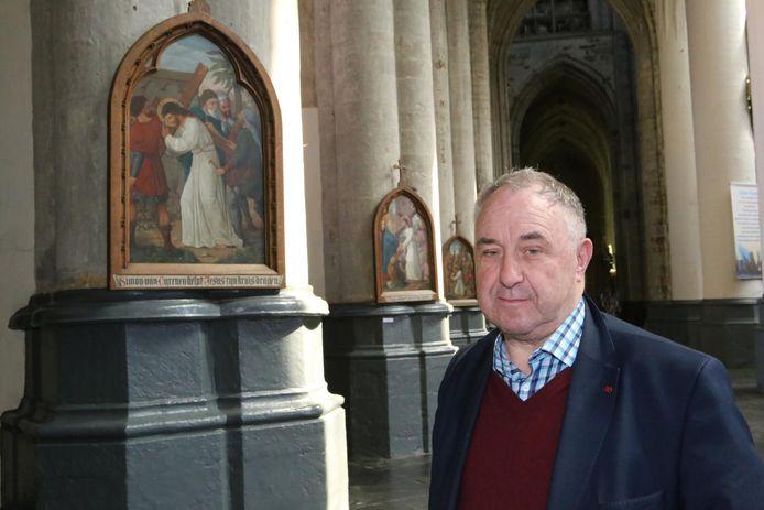 Deken Felix Van Meerbergen bij een van de veertien te reinigen schilderijen.