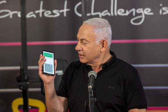 Premier Benjamin Netanyahu toonde gisteren de groene pas op een smartphone.