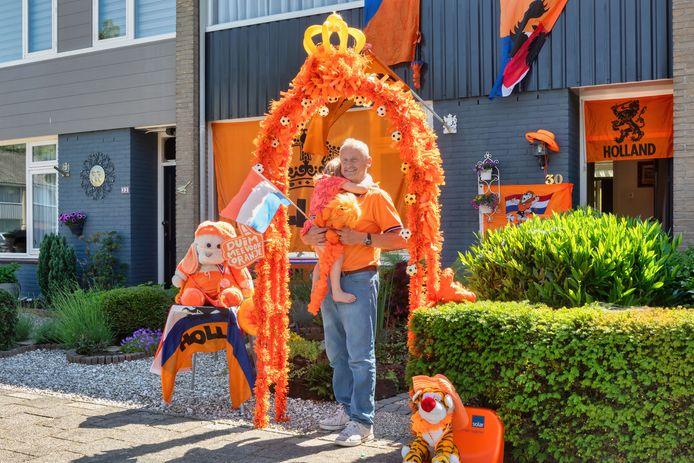 Schubertlaan Oosterhout: Ger de Heer (met kleindochter Veerle) is nog bezig met het optuigen van zijn voortuin in Oranjesferen.