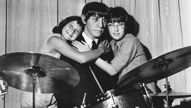 Drummer Ringo Starr van The Beatles, en twee fans, in 1965. Beeld anp