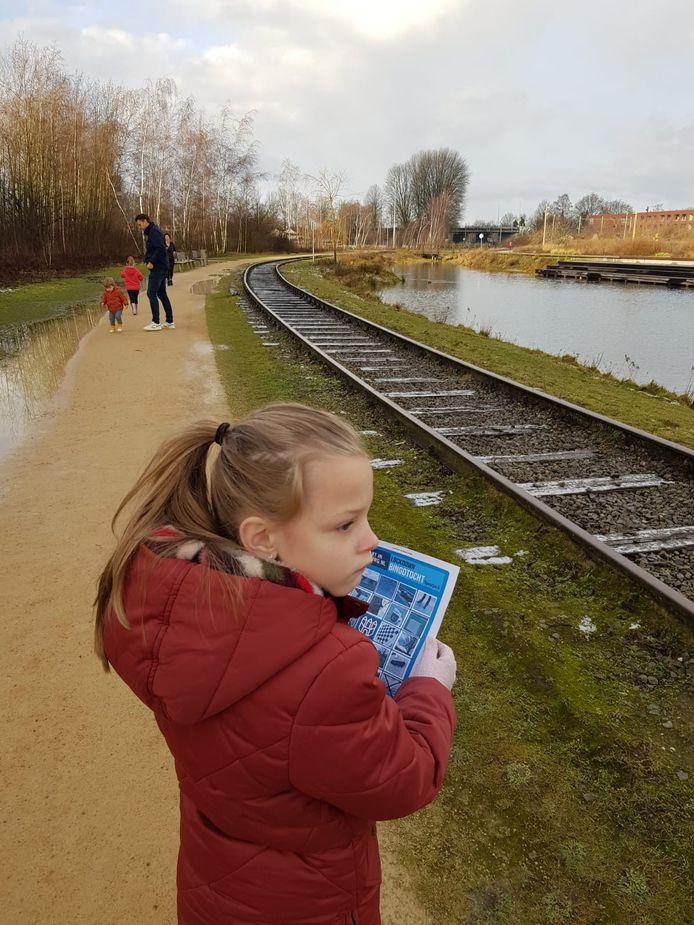 Feline Nelemans (6) doet de wandelbingo in het Spoorpark.
