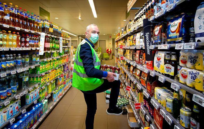 Arnold Both van de PLUS supermarkt aan de Schere in Rotterdam laat alle winkelwagentjes al reinigen door een medewerker.