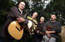 Uit het jaar 2000: Fred Piek (derde van links) met zijn collega's van de band Fungus. Links voorop staat Rens van der Zalm met wie hij nu een duo vormt.