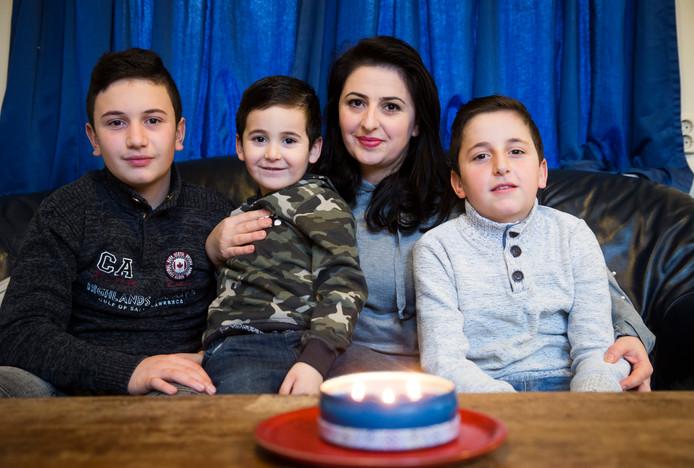 Suzyana Davayan en haar drie kinderen.