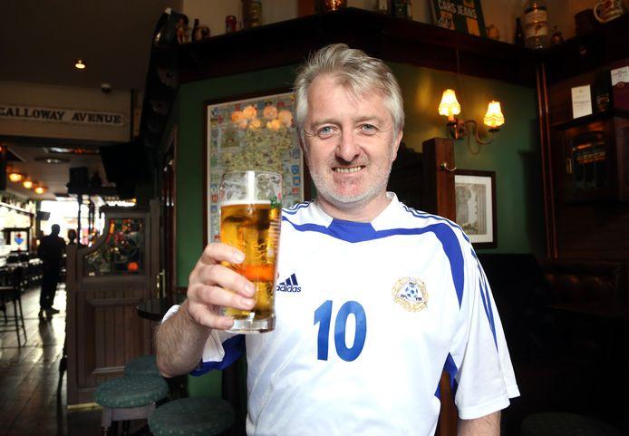 Colm is een Ier die alweer achttien jaar in Nederland woont, maar hij juicht in de Haagse sportsbar O'Casey's voor Finland.