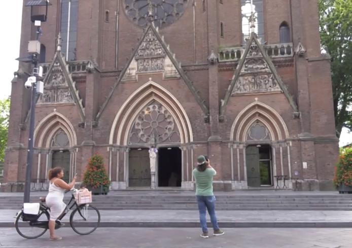 Titelsong van hitserie La casa de papel te horen uit kerkklokken in Eindhoven