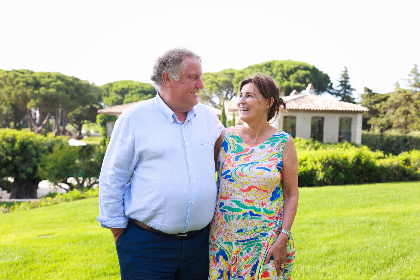 """Linda en Guy Pieters in hun tuin in Saint-Tropez, aan de Franse riviera. """"Zowel professioneel als privé zijn wij een topduo."""""""
