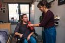 Dijana Lesic krijgt hulp van assistente Eva Nyeste.