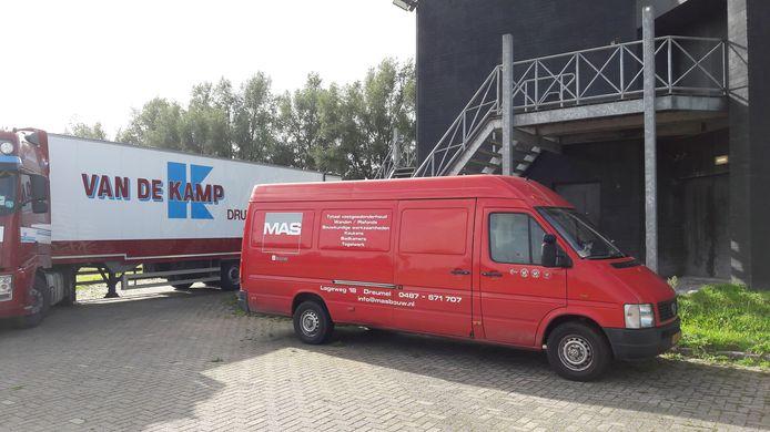 Met behulp van een trailer en een bestelbus werd maandag de geluids en lichtinstallatie uit Club Déjàvu gehaald.