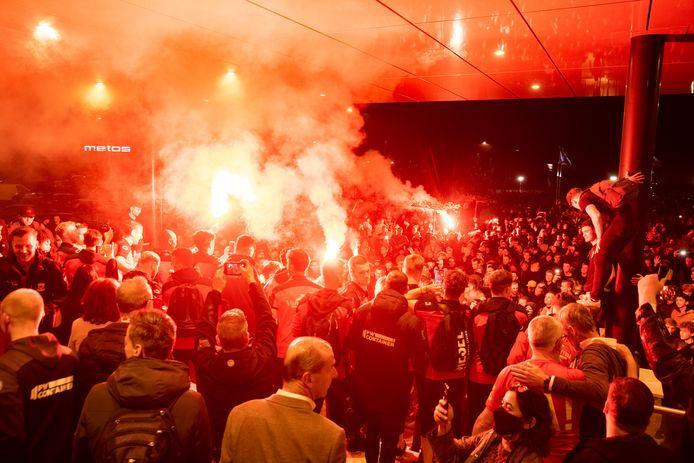 De Go Ahead-spelers presenteren zich aan de verzamelde fans...