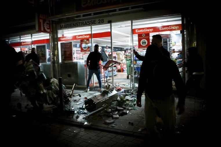 Allerlei winkels werden kort en klein geslagen, en geplunderd. Beeld Julian Rettig/dpa
