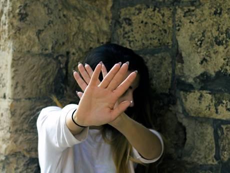 Turkije schrikt van man die vrouw toetakelt voor ogen van 5-jarige dochter