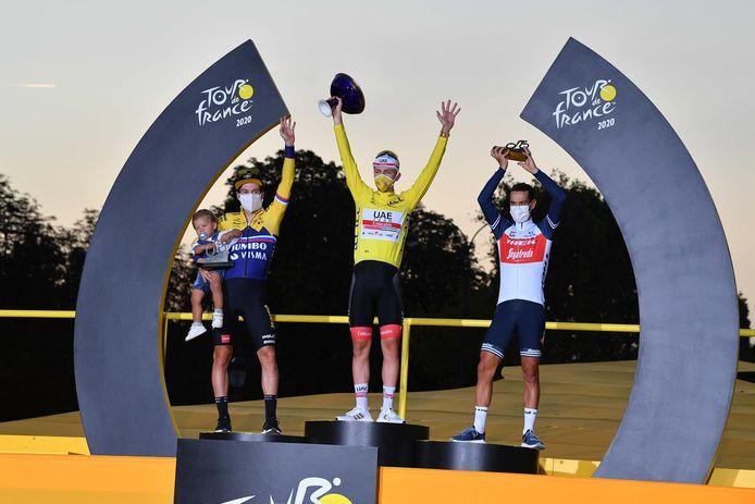 Het podium van vorig jaar, met Roglic en Porte die winnaar Pogacar flankeren.