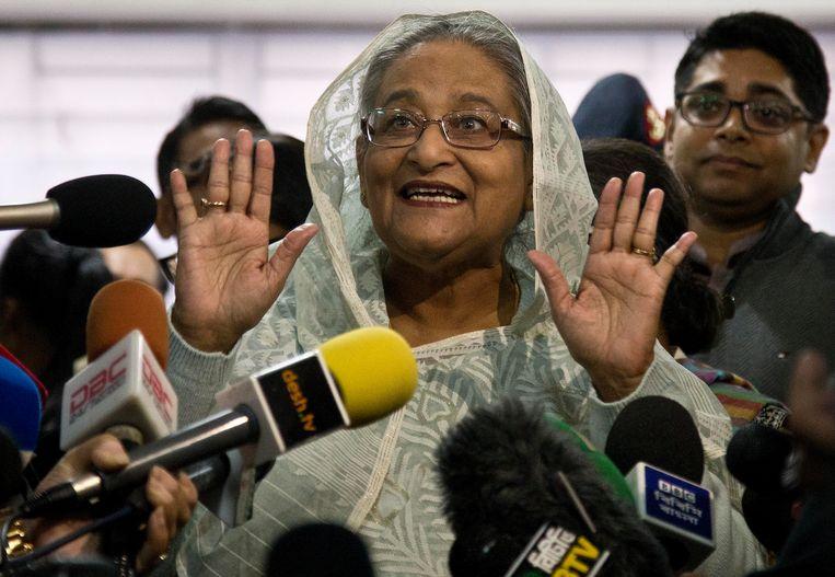 De premier van Bangladesh, Sheikh Hasina, nadat ze haar stem uitgebracht heeft. Beeld AP