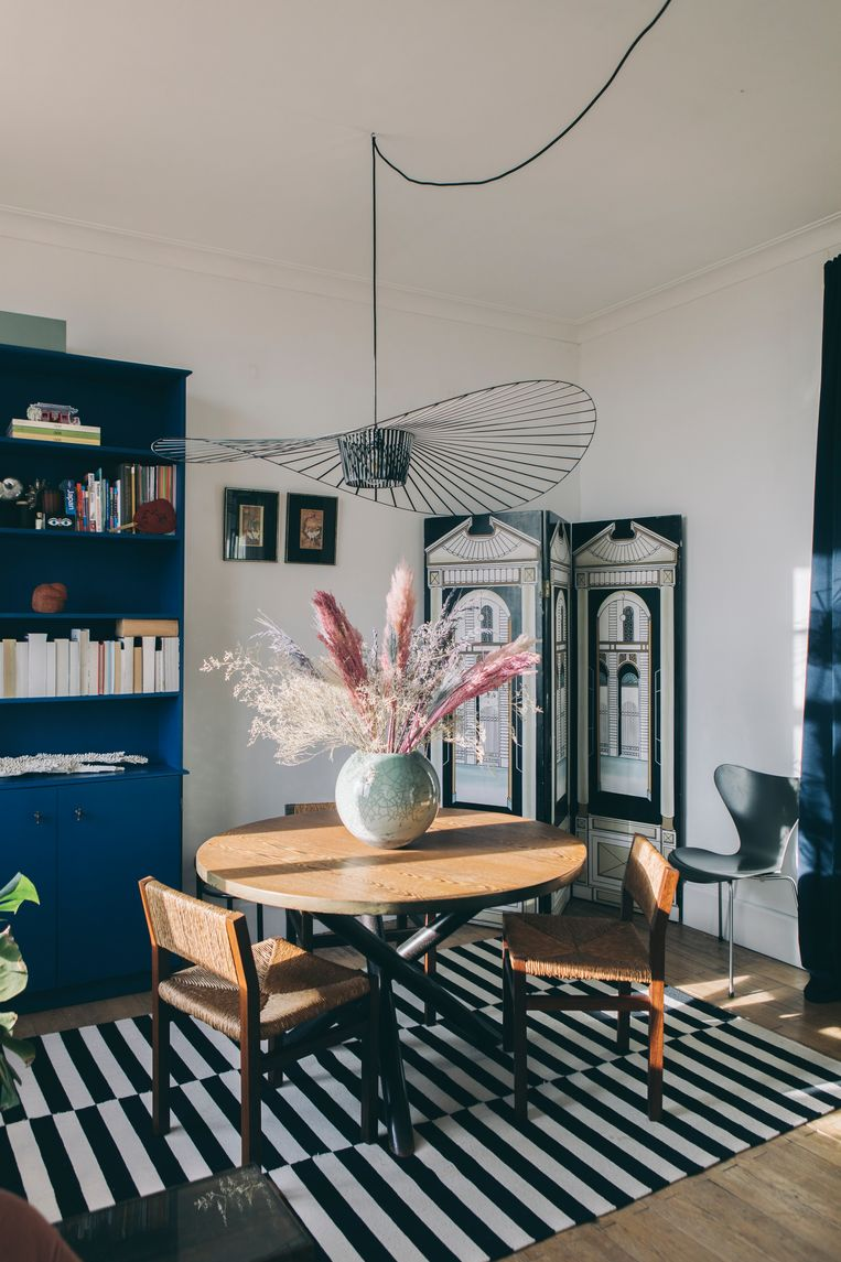 Het appartement van Mara en Eveline staat vol met (vintage) design en tweedehands vondsten zoals een tafel van bij Nome Furniture en de Vertigo-lamp van Petite Friture. Beeld Tijs Vervecken