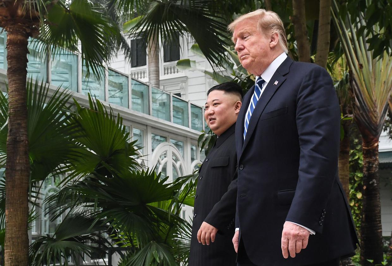 De Amerikaanse president Trump loopt een rondje met de Noord-Koreaanse president Kim Jong-un tijdens de onderhandelingstop in Hanoi.