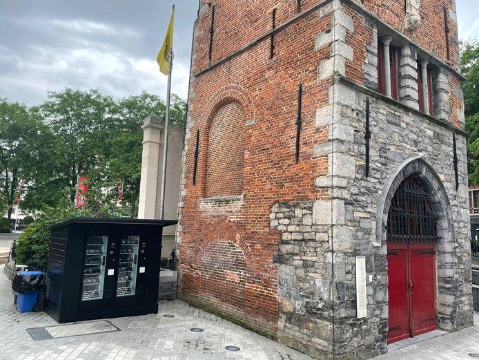 De automaat naast het Belfort op de Grote Markt in Kortrijk maakt deel uit van een kunsttriënale Paradise.