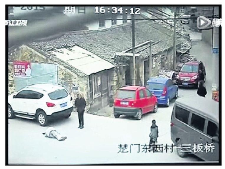 null Beeld Beeld uit de video waarop te zien is hoe de 57-jarige op de grond ligt.