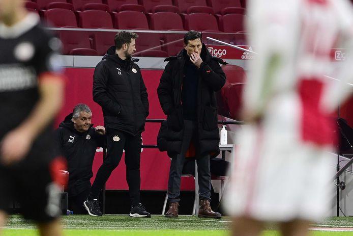Trainer Roger Schmidt en zijn assistent tijdens de bekerkraker tegen Ajax.