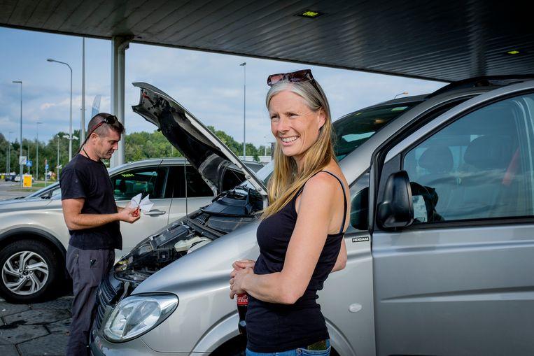 Rowan Schadenberg en Marijke Hoftijzer bij een tankstation in Breukelen. Beeld Patrick Post