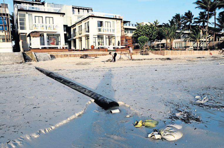 Het riool van een hotel loost direct in zee. Beeld Reuters