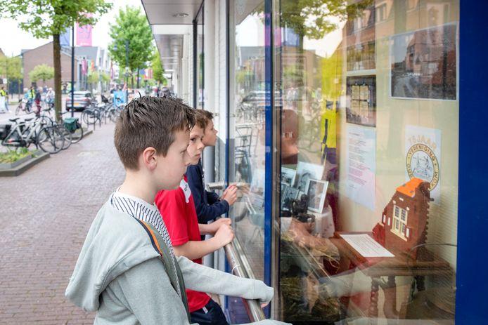 De historische vereniging Oud-Bennekom bestaat 75 jaar en daar wordt in een etalage van supermarkt Albert Heijn uitgebreid bij stilgestaan.